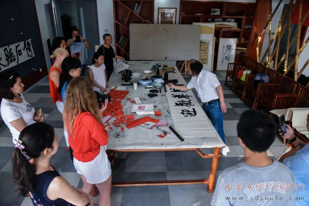 法国收藏家做客成华区文化馆,体验中国传统文化魅力