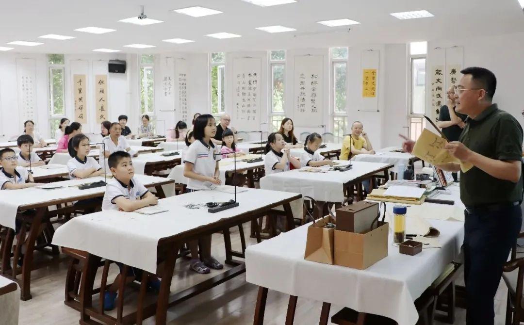 成都市书法家协会副主席魏爱臣老师莅临七中实验指导书法教学